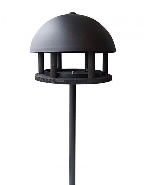 Foderhus Dome, sort træ og pulverlakeret stål, med jordspyd